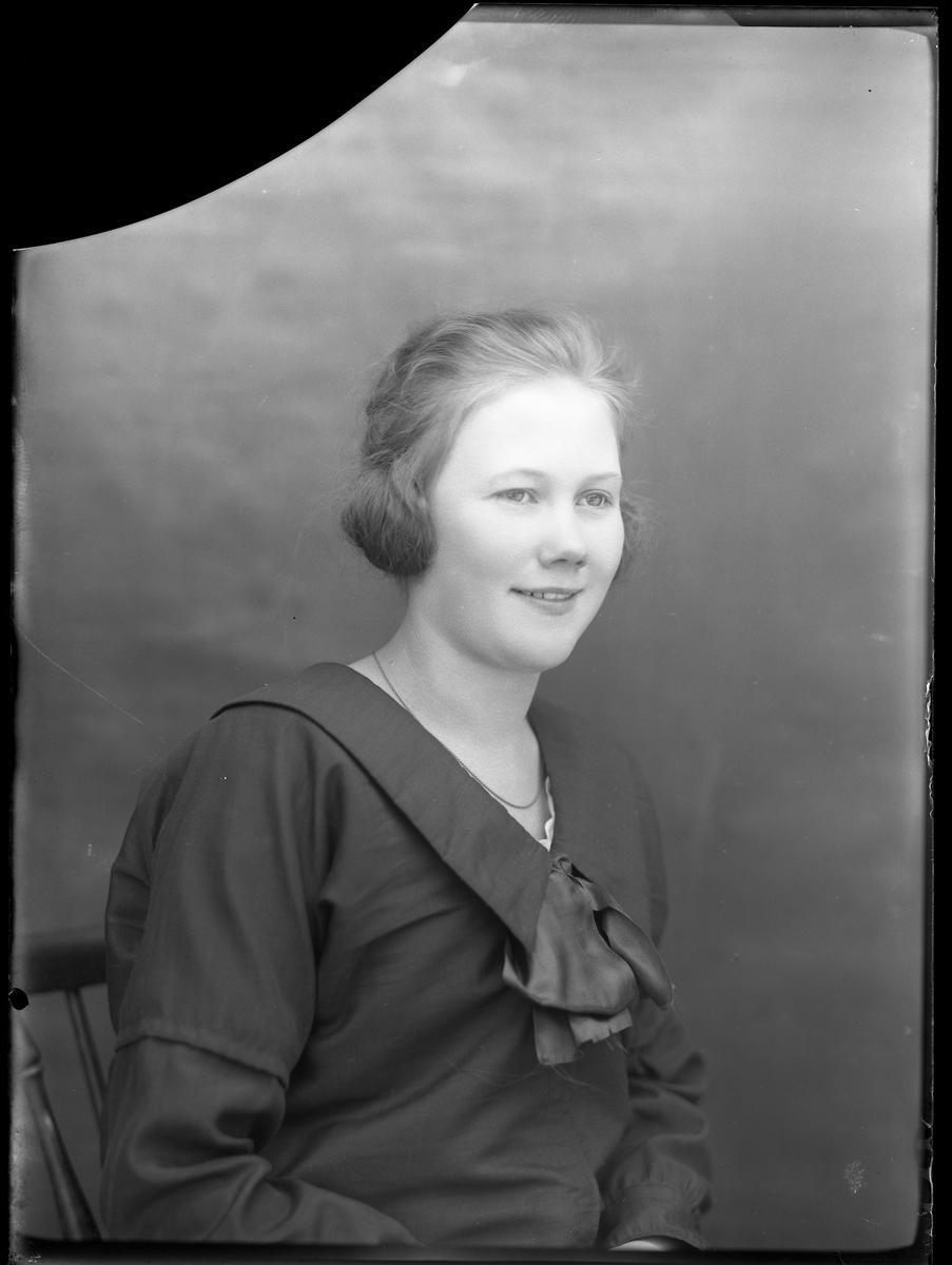 Porträtt av Lilly Johansson klädd i svart.
