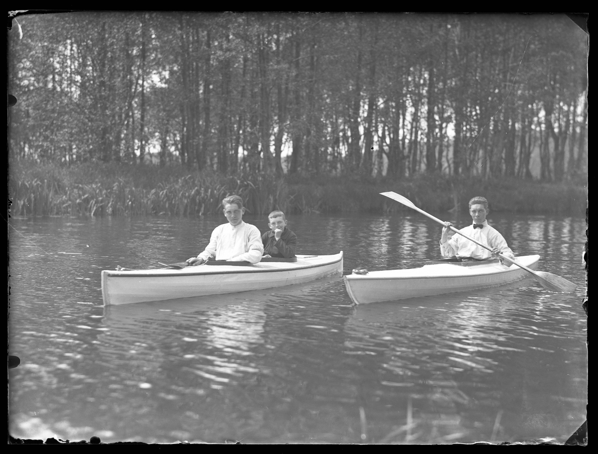 Tre pojkar i två kanoter på Säveån.