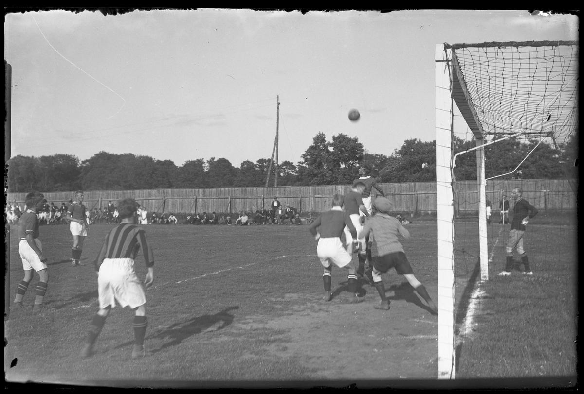 Alingsås Idrottsförenings första lag och GAIS möts i en fotbollsmatch.