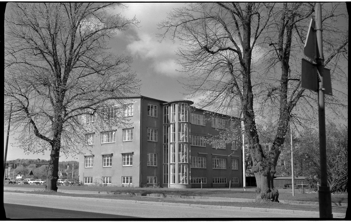 Drabanthuset vid Göteborgsvägen 14. En fabriksbyggnad uppförd 1935, typisk funkisstil. Stram arkitektur, släta fasader och många fönster. Fyra våningar ovan jord.  På baksidan, mot fotografen, ett utanpåliggande ovalt trapphus, mestadels av glas. Fotot taget från Stråhlens allé. Konfektions AB Drabant startades 1932 av Gösta Bolling, Gösta Almgren och Edward Reintz för tillverkning av herrkläder. Från 1958 var Gösta Bolling jämte sonen Lars ensamma ägare till företaget.   De tre första åren låg fabriken på Holmen och hade tio anställda.  Våren 1933 var antalet anställda 44 personer vilket bidrog till beslutet att uppföra en ny fabriksbyggnad i två våningar på Göteborgsvägen 14.   Den nya fabriken stod inflyttningsklar 1 juli 1935. Ett tredje våningsplan tillkom några år senare.  År 1950 var 90 personer verksamma i produktionen, varav 68 kvinnor och 22 män. Dessutom utnyttjade man en del hemsömmerskor.   Som mest hade man haft 129 anställda men antalet hade 1981 sjunkit till 60 personer. Produktionen var framför allt inriktad på tillverkning av herrkostymer och högtidskläder, främst baserade på måttbeställningar. 1968 tillverkades 18 000 kostymer och 1981 tillverkades 13 000 kavajer och 14 000 byxor samt 810 damkavajer och 600 kjolar.  Företaget begärdes 1985 i konkurs, nya ägare tillträdde med bibehållen produktionsinriktning. År 1990 lades företaget ned.   Fastigheten finns kvar och rymmer olika verksamheter.  Alingsås museum har gjort en samtidsdokumentation av företaget 19xx, i samlingarna finns fotografier, intervjuer, föremål.