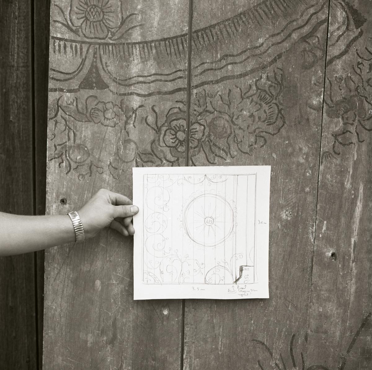 En skiss av en takmålning visas upp framför själva takmålningen, Sunnanåker 1968-1969.