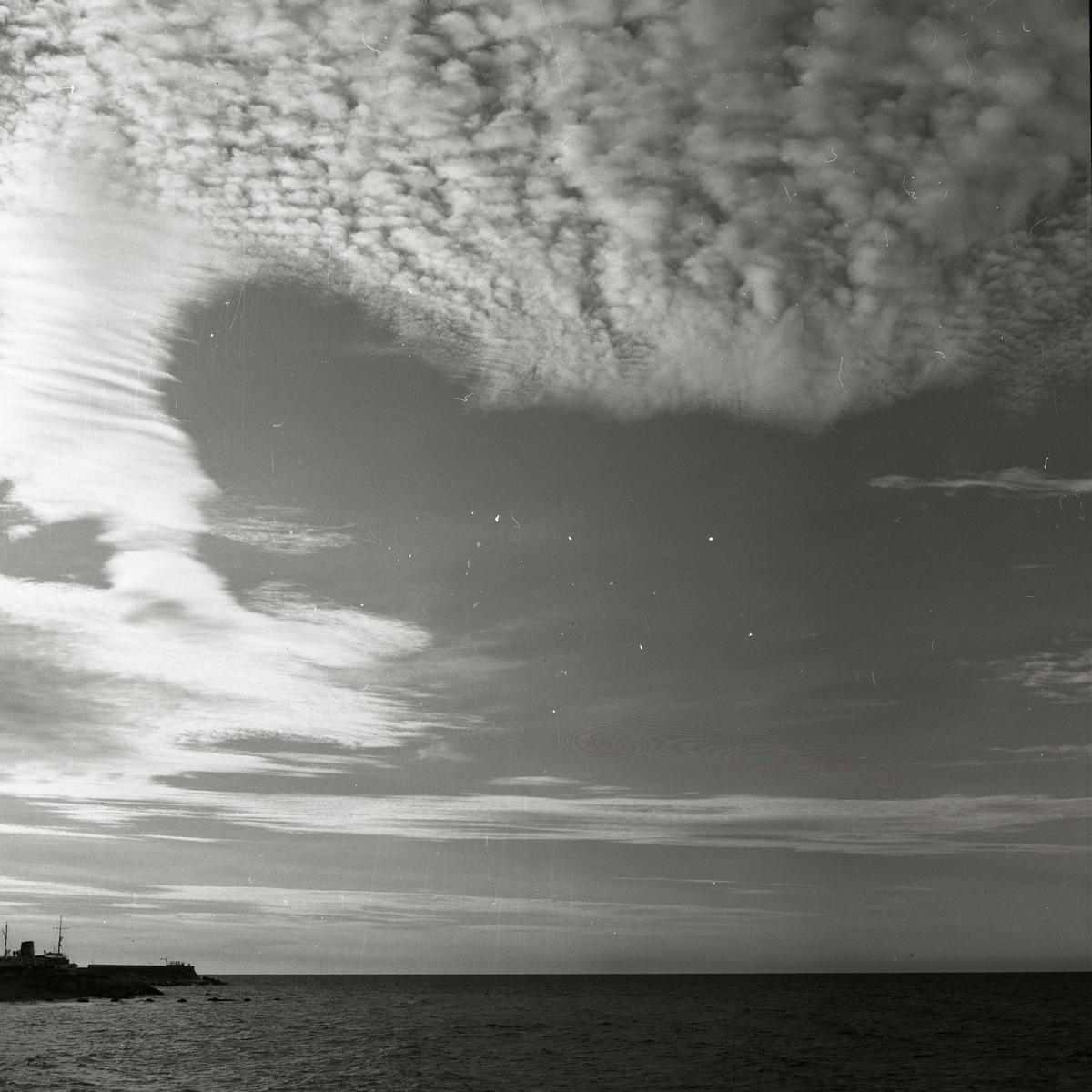 En molnig himmel över havet vid Visby den 22 november 1955.