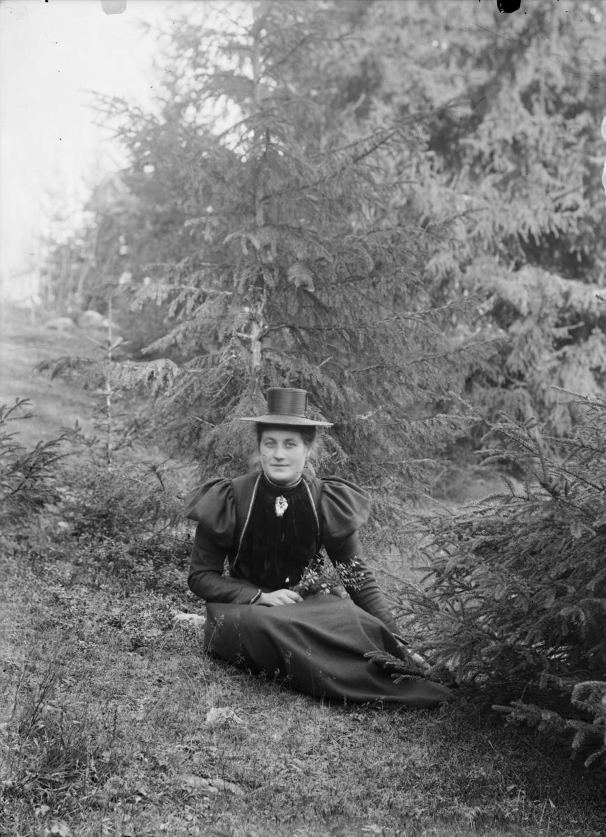 Kvinne i sort antrekk, antagelig Kristiane Skjerve