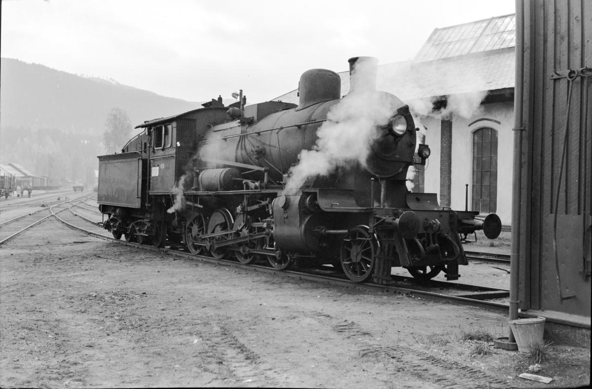 Damplokomotiv type 24c nr. 405 ved lokomotivstallen på Dokka stasjon.