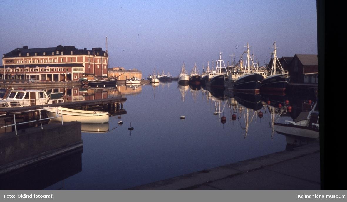 Småbåtar och större fartyg vid Ölandshamnen. I bakgrunden ses köpcentret Baronen (före detta Margarinfabriken)