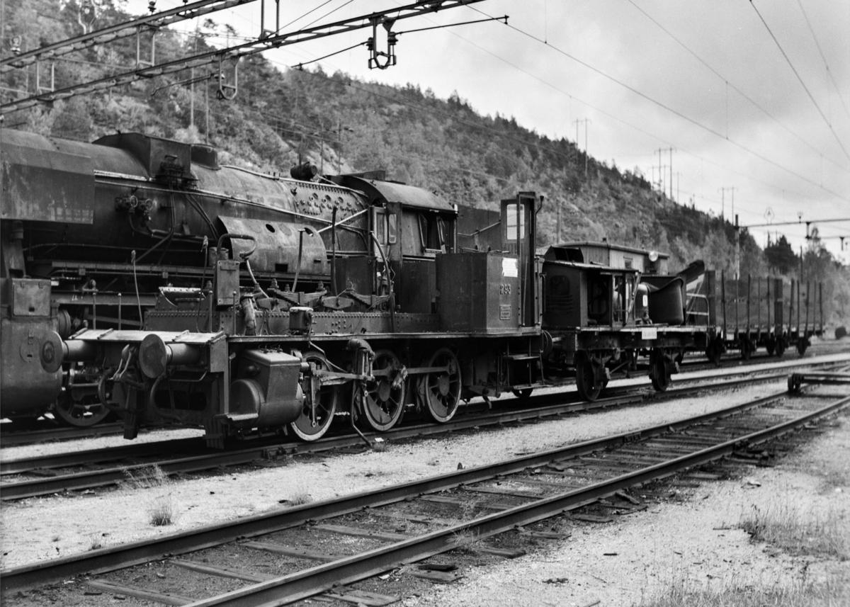 Damplokomotiv type 25a nr. 293 på Krossen ved Kristiansand. Kjel og førerhytte er demontert for revisjon. I bakgrunnen damplokomotiv type 63a nr. 4836.