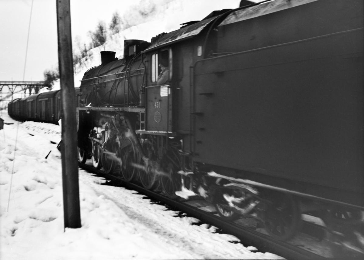 Damplokomotiv type 31b nr. 431 med godstog 5531 til Voss på Mjølfjell stasjon.