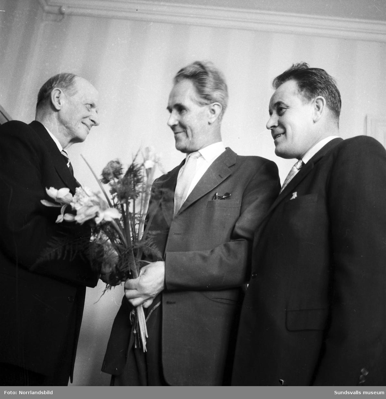 Facklig uppvaktning av Pappers industriarbetarförbunds avd 167 i Nyhamn, Alf Andersson får blommor.