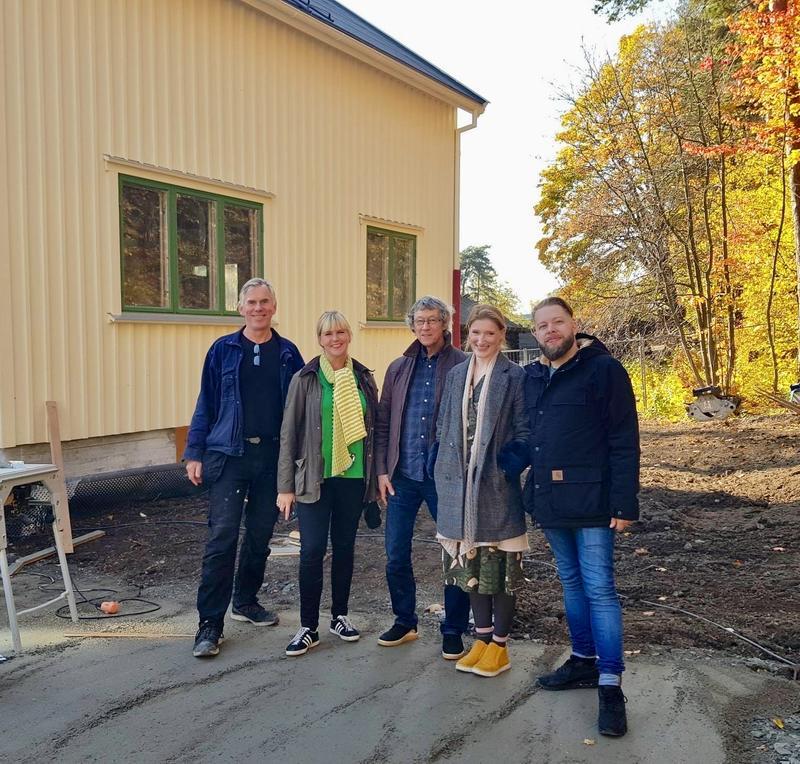 Knut Erik Jensen og prosjektgruppa foran huset fra Olderfjord