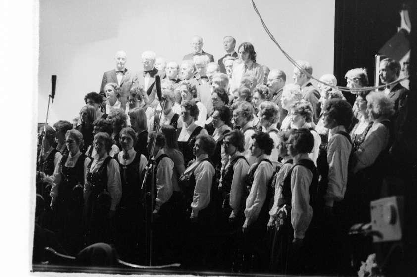 Kor på scenen under Festspillene i 1975.
