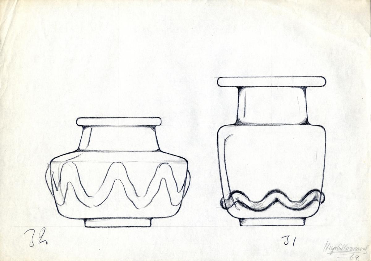 Blyertsteckning. Föremålsskiss föreställande två kraftiga, låga glasvaser med zickzack-dekor.