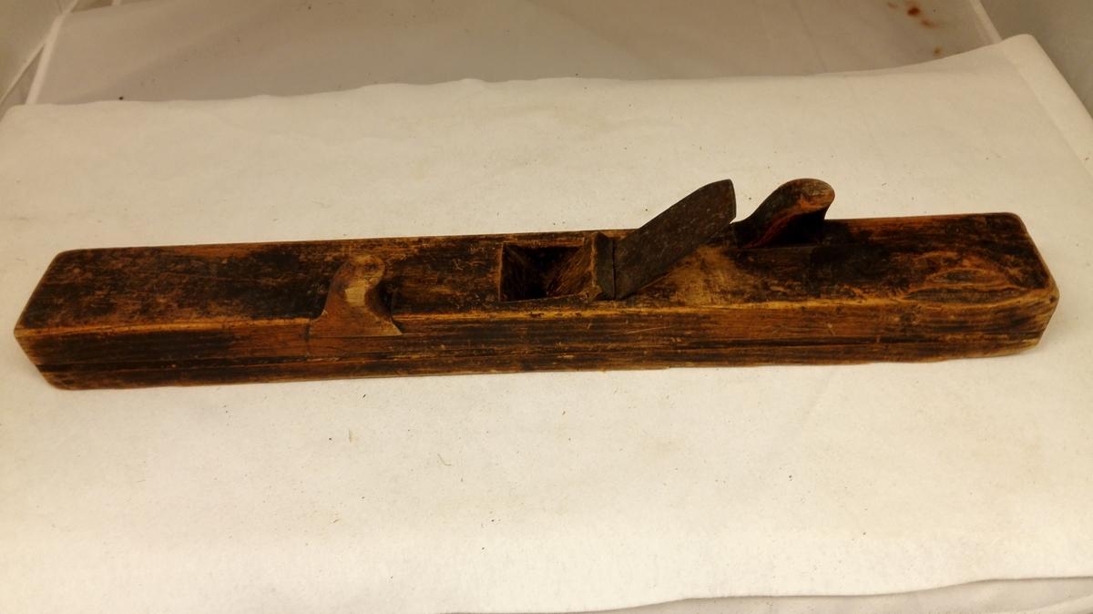 5 hövler (12266 - 70)  12269 - Liten langhövl. Asketræs stok. Har paa begge sider, foran til venstre og bakenfra til höire for tanden nedfældt to knotter til haandtak. Paa siderne langsgaaende hulkil. Længde 55 cm.  Kjöpt ved fru Uchermann Nitter, Dale i Söndfjord.
