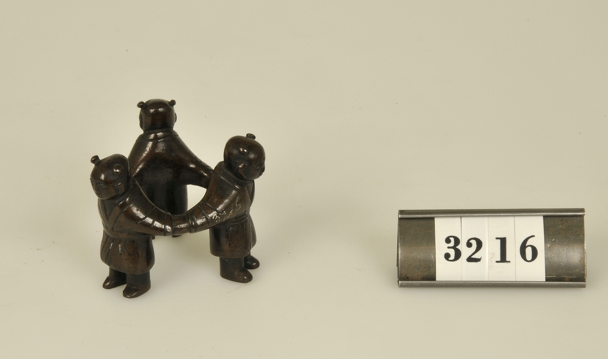 Miniatyr. Motiv: Tre dansande figurer.  Har tillhört de Adelsköldska samlingarna.
