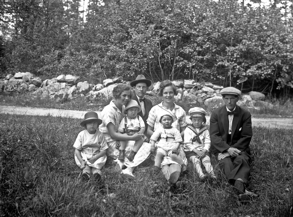 Erik Lindberg och Friskop (okänt förnamn) med respektive fru och barn. Friskop arbetade först på Österbodarne, sedan på Bryngenäs gård. Erik Lindberg bodde på Kampalyckan, han arbetade hela sitt liv på Österbodarne.