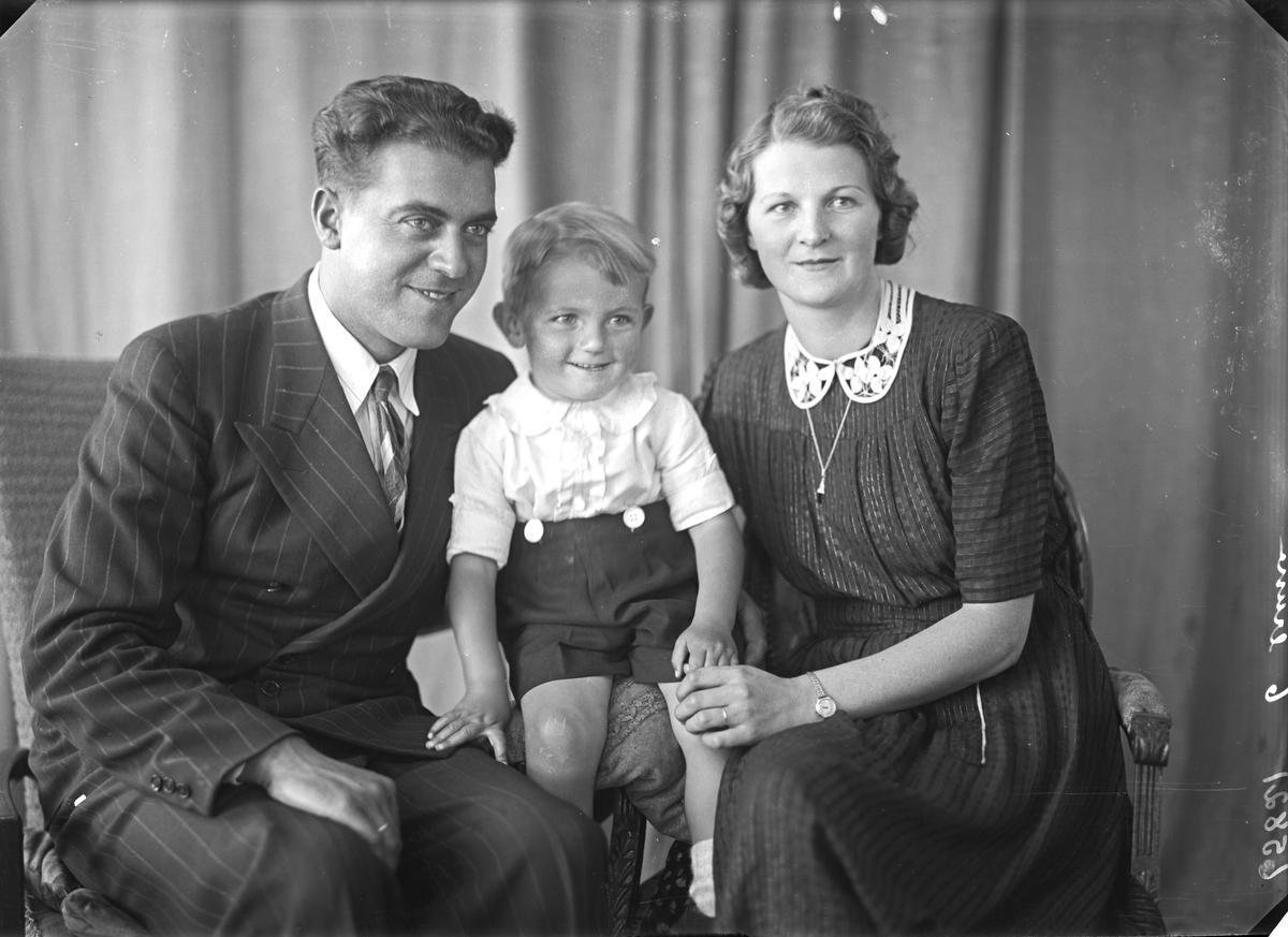 Gruppebilde. Familiegruppe på tre. Ung mann, liten gutt og ung kvinne. Bestilt av Arne Strand. Sørhaug.