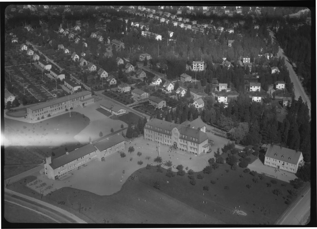 Flygbild över skolcentrum, Risbroskolan, Fagersta. Tagen 1958 av AB Flygtrafik Dals Långed.