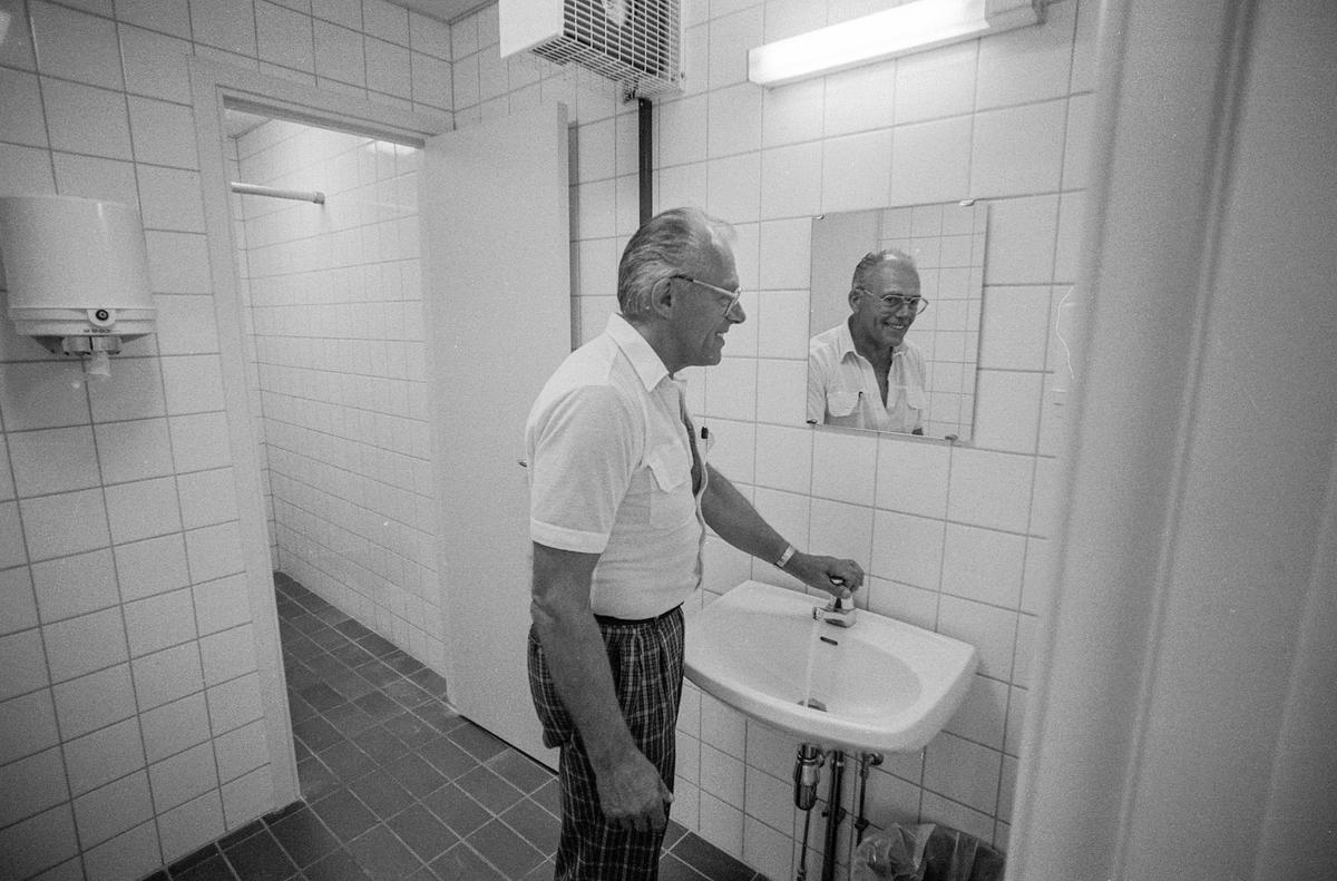 Torggården i Son endelig ferdig, med dusj og toalett for båtfolket. Erling Wittusen (rutet skjorte) og Boie Engen er storfornøyde.
