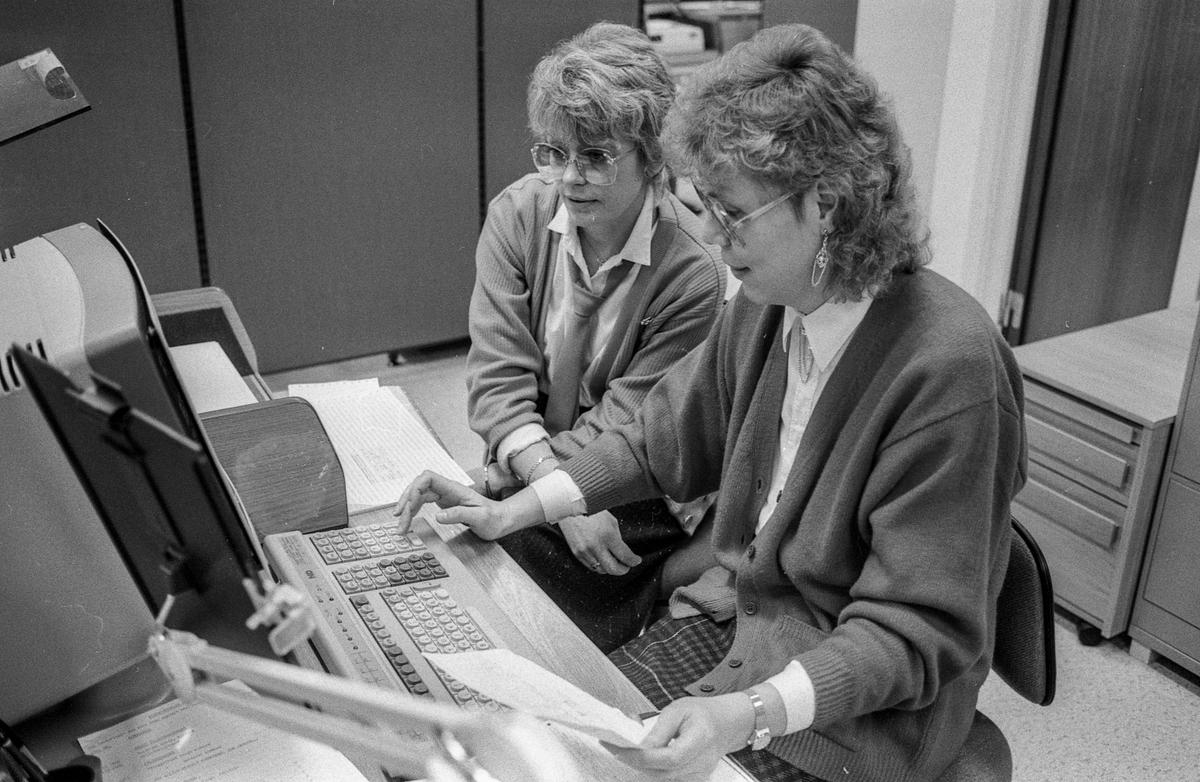 Frogn Trygdekontor med nytt EDB-anlegg. Instruktør Gunn Bentzen gir fungerende gruppeleder Klara Johannssen Johannesen innføring i EDB-rutiner.