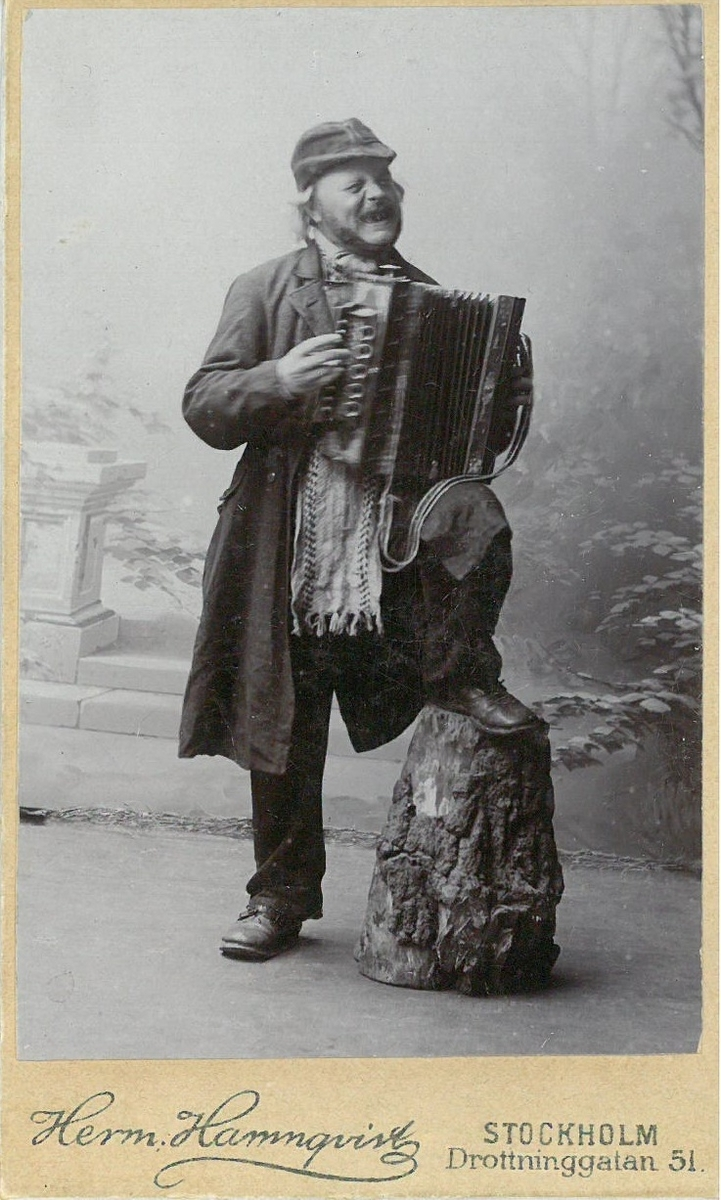 Troligen bondkomikern Jödde (Gödde) i Göljaryd (Karl Petter Rosén 1855-1900) med sitt dargspel, durspel.