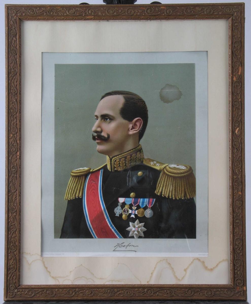 Haakon VII i admiraluniform med ordensbånd og ordenener. Profil v. Lys grågrønn bakgr.