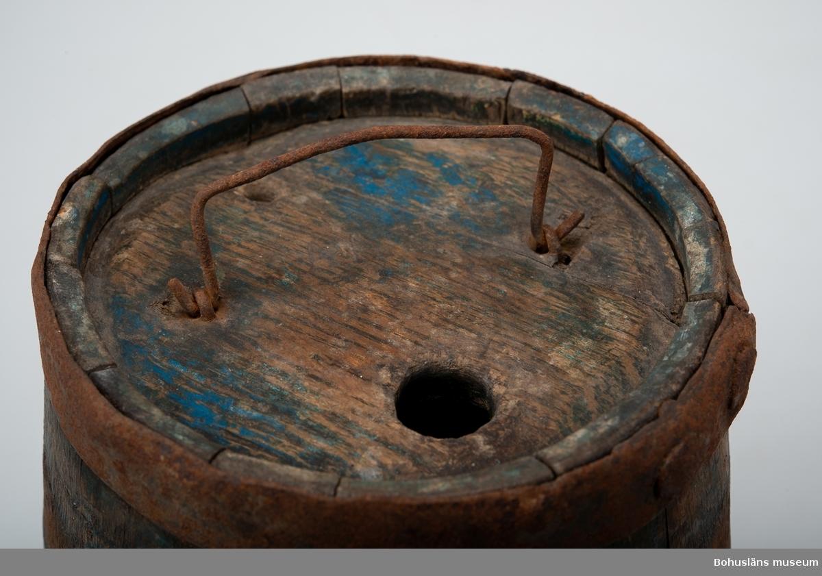 Kagge med loch som har två runda hål, ett större och ett mindre, samt handtag av ståltråd fastsatt med två krampor. Den blå färgen avflagnad delvis. Kaggen saknar ett järnband.
