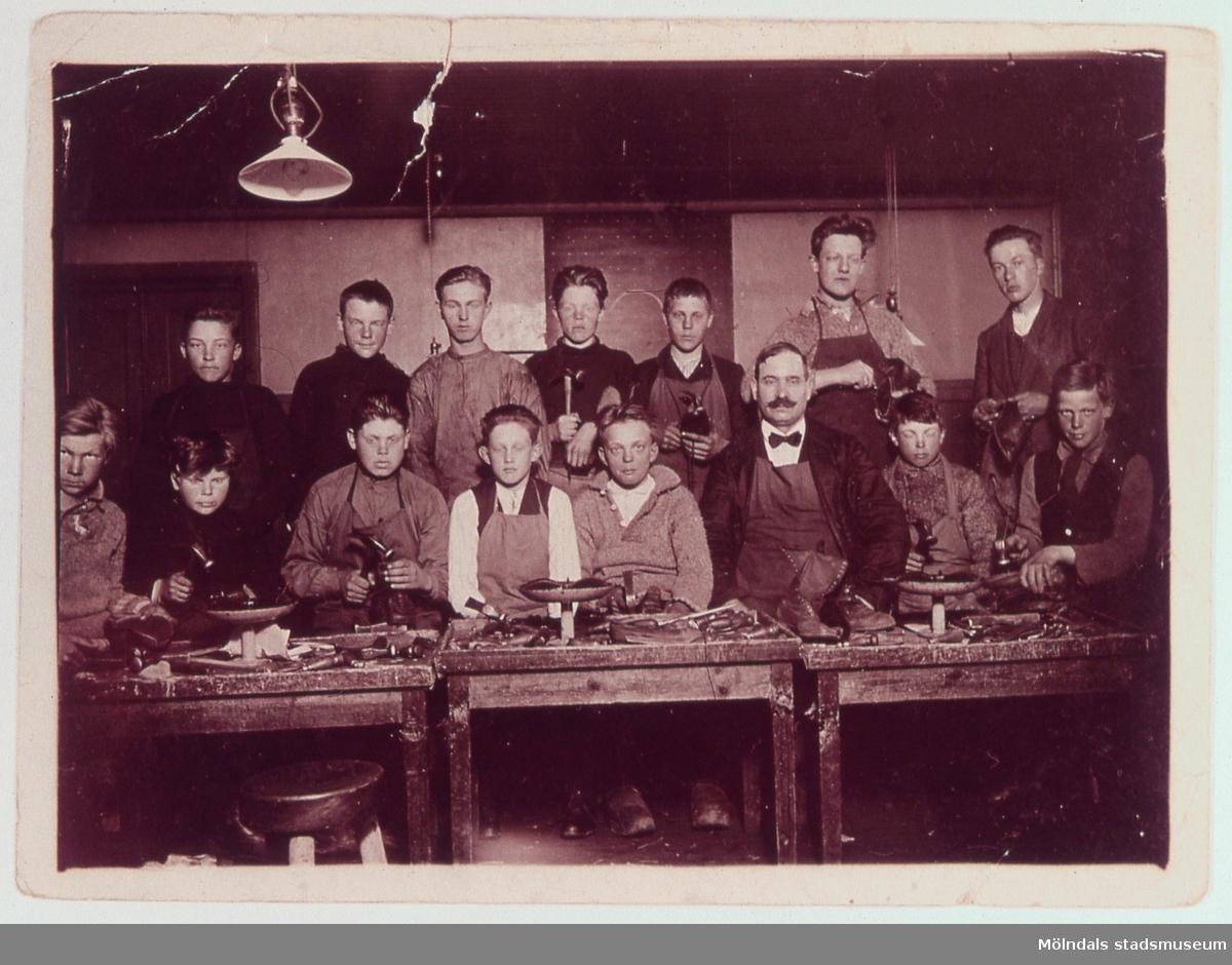 En skomakarkurs på 1920-talet. Erik Gustavsson, Toltorp, kan vara med på bilden. D 9:34.