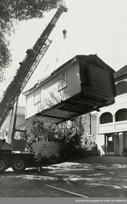 """Bymuseet. Frogner Hovedgård. """"Hønsehuset"""" fjernes for at første spadetak kan tas for bygging av et nytt hovedstadsmuseum. August 1977"""