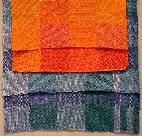 Rutigt cottolintyg inspirerat av ridån i Bonäs bygdegård ( se Inv.nr 1024:1-2). Fem olika färgställningar finns: gul - orangegul - rosa - orangeorange - röd - lilablå - grönblå - grön - lila. Varp: cottolin Inslag: cottolin i botteninslaget, towgarn i mönsterinslaget. Vävnota Inv.nr 1036:50