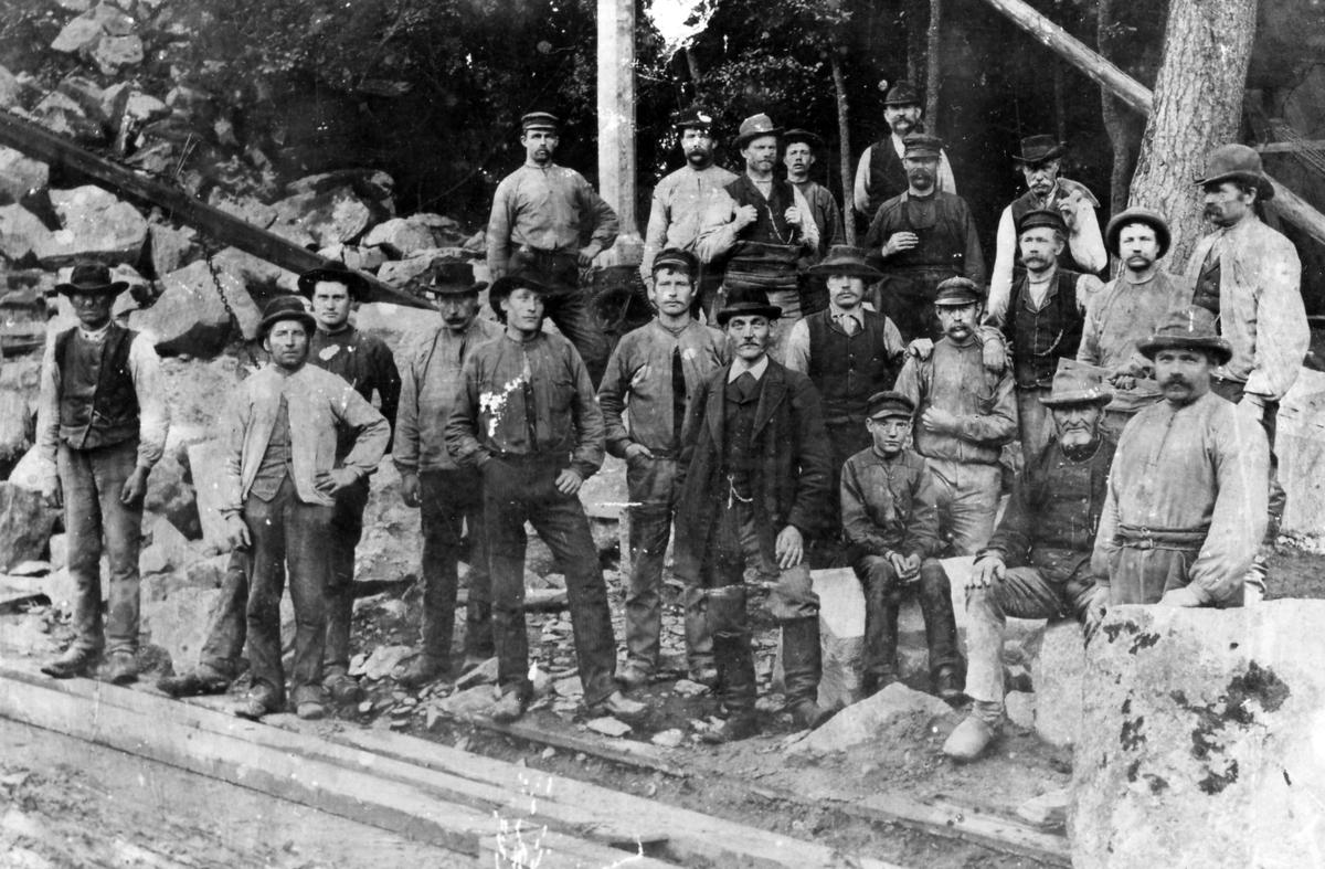 Ett tjugotal rallare vid ett järnvägsbygge i Jonsered cirka 1870-1880.