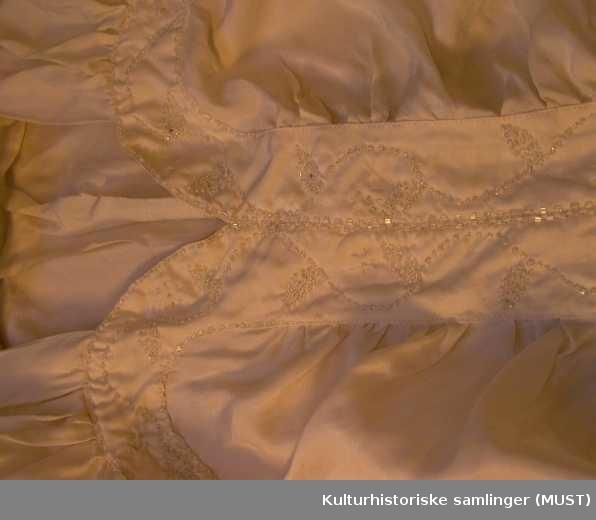 84ae77e1 Brudekjole - Kulturhistoriske samlinger (MUST) / DigitaltMuseum