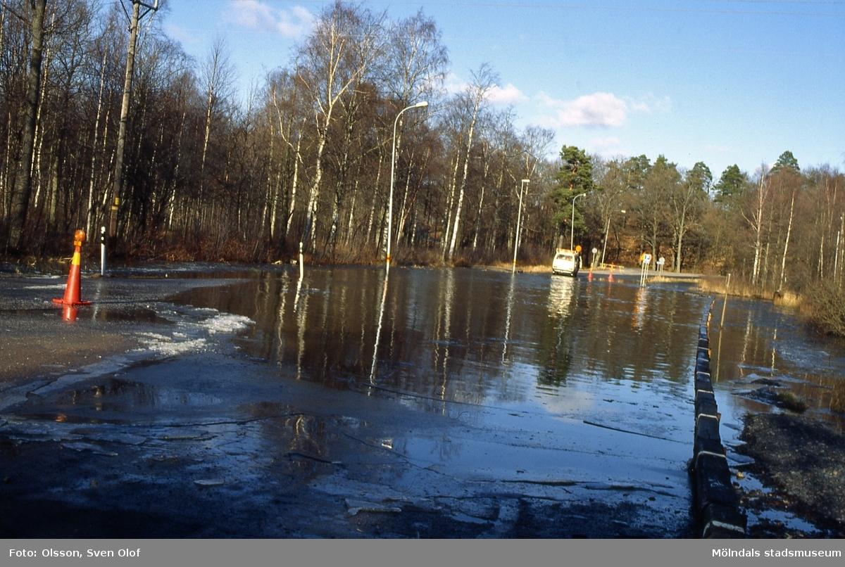 Gunnebo i Mölndal, mars 1991. Parkeringen vid John Halls väg är översvämmad.