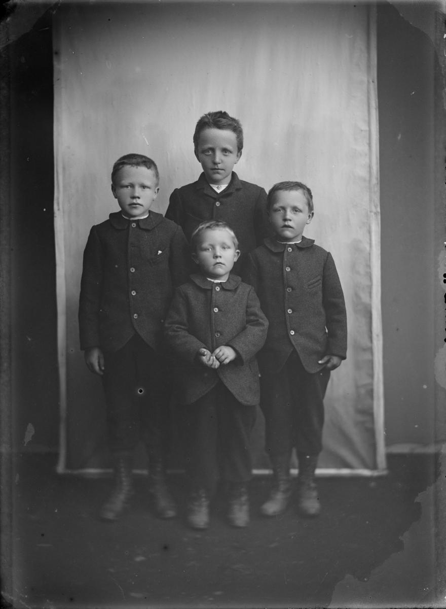 4 gutter, antatt brødre i alder ca 2 til 8 år.