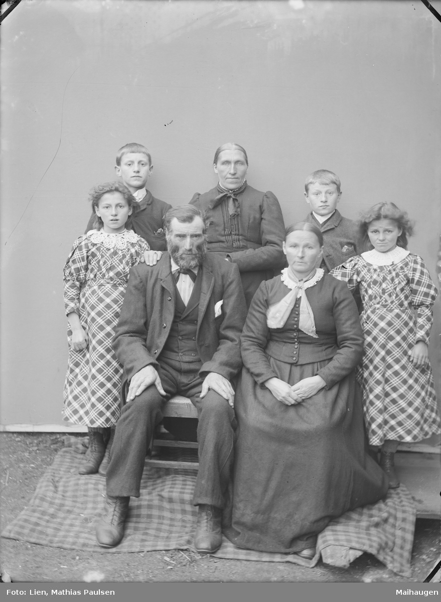 Familiebilde med antatt 3 generasjoner. Betemor, foreldre, 2 døtre og 2 sønner