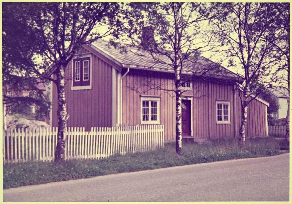 fc83016b Beige hus med hvitt gjerde og flere bjørketre foran, i Kirkegata ...