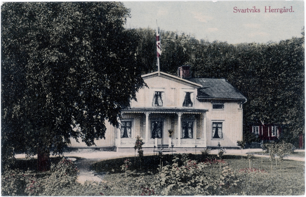 Svartviks herrgård från baksidan med berget i bakgrunden. Kolorerat vykort..