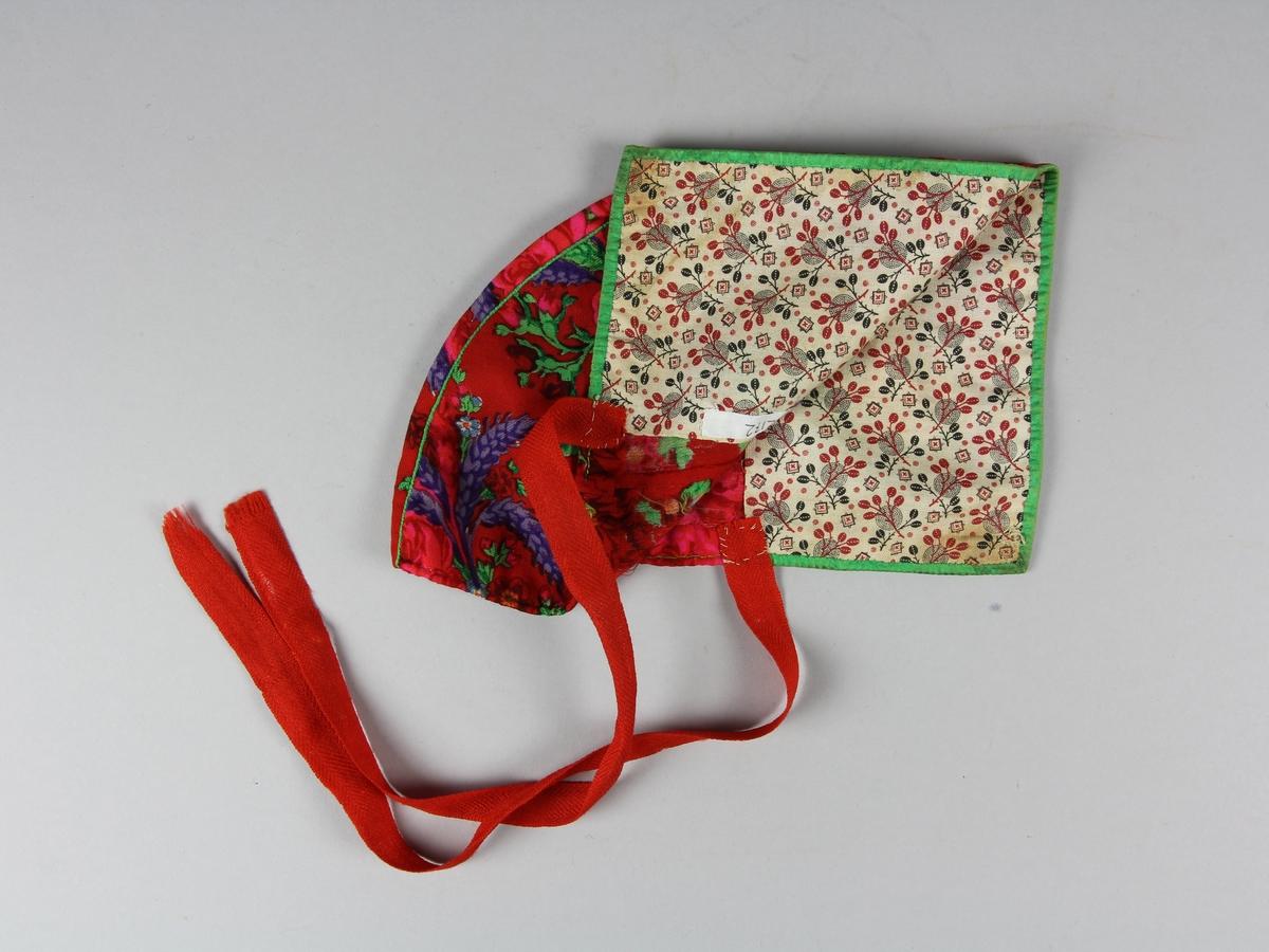 Hätta för kvinna i Gagnefdräkt, sk. hatt. Sydd av rossjal med tryckt rosenmönster på röd botten. Framkanten fodrad med grönt sidenband som också använts till mittensömmens passpoal. Insidan av hättans brätte är fodrat med ett mönstrat bomullstyg. I nederkant är två röda ullband fästa för att knytas under hakan. Det finns också två hål med kastade kanter där en snodd kan dras igenom. Hela hättan är sydd för hand med grön tråd.