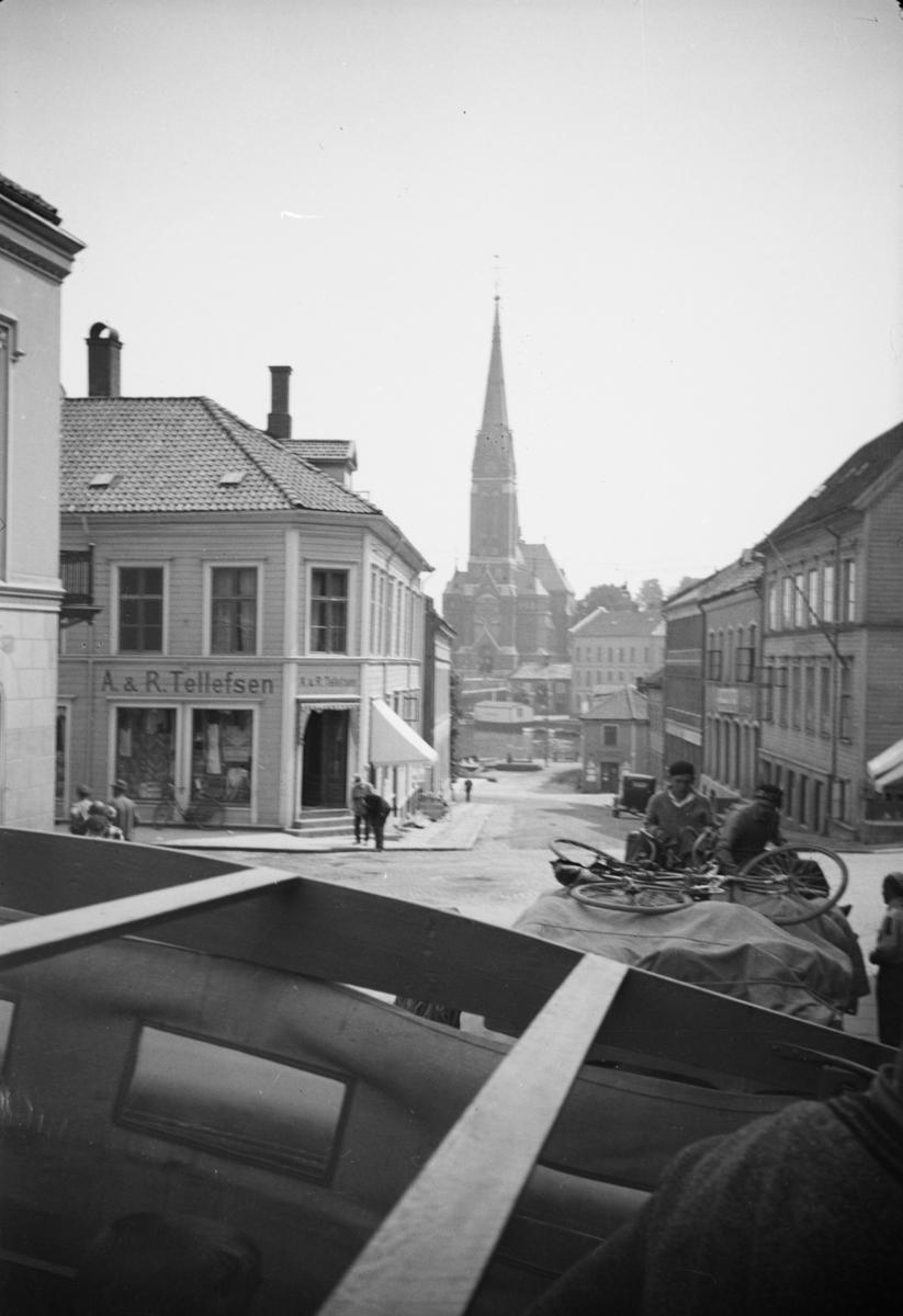 Gateparti fra Arendal med Trefoldighetskirken.