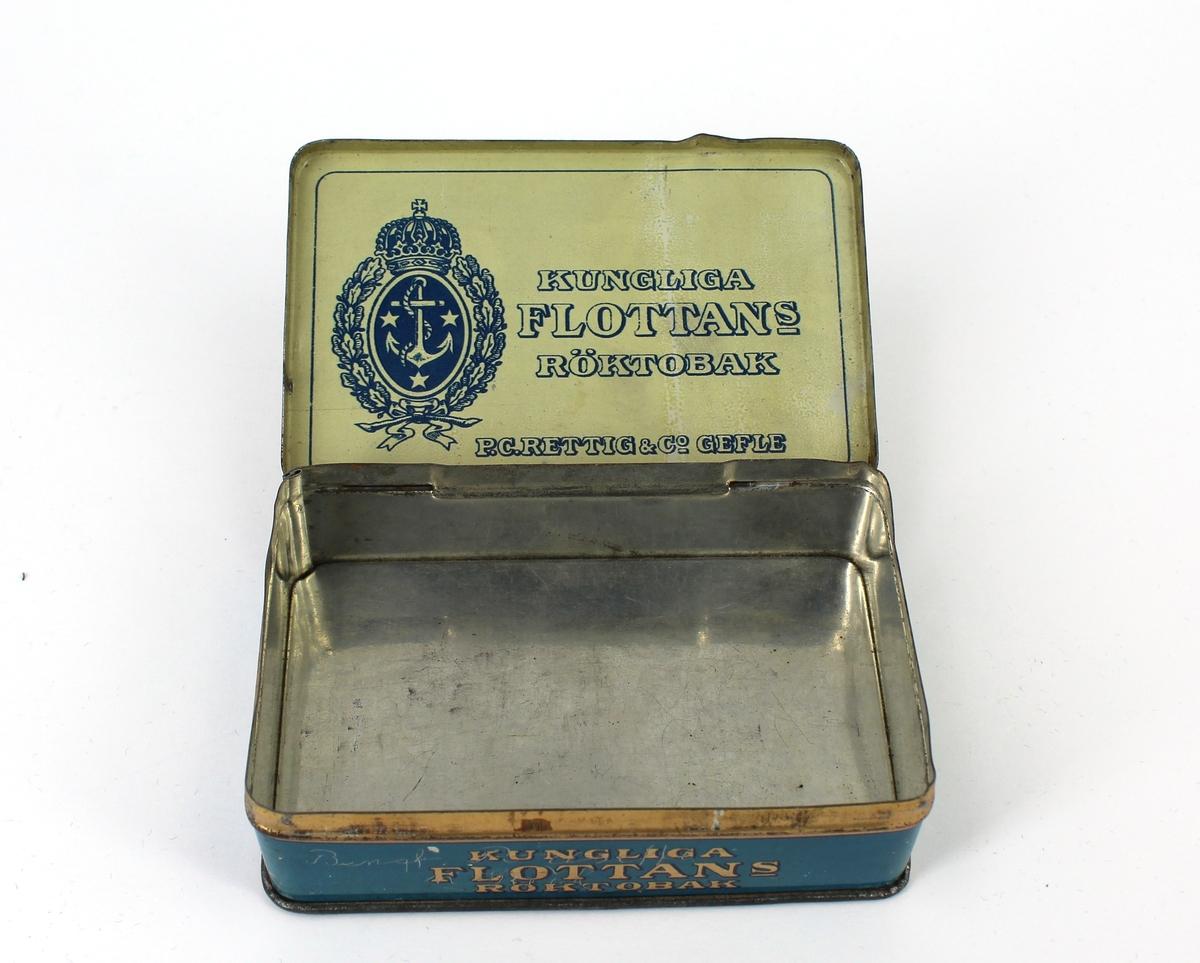 Plåtask i blått  med reklam för P.C Rettig & co Gefle och märket Kungliga flottans röktobak. På sidan ristat namnet: Bengt Pousette Gävle.