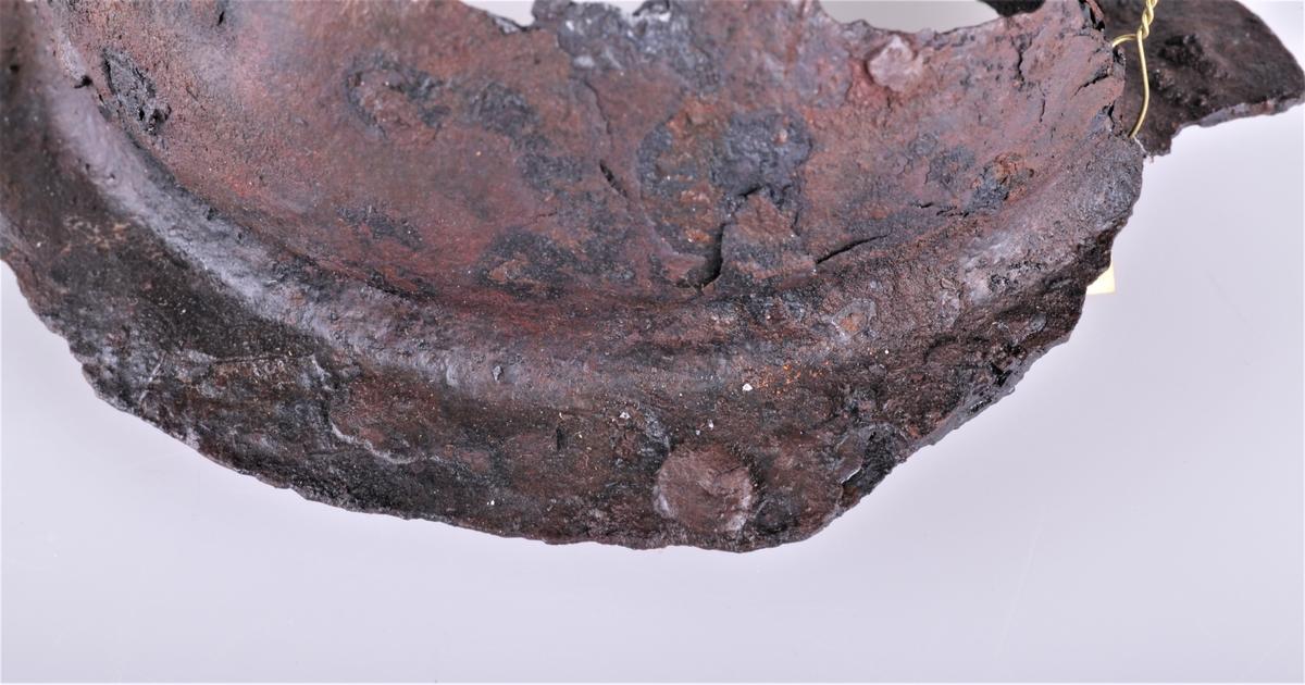 Stykke av skjoldbule av jern av typen R. 562. Fra vikingtid , funnet på Gile 1909.