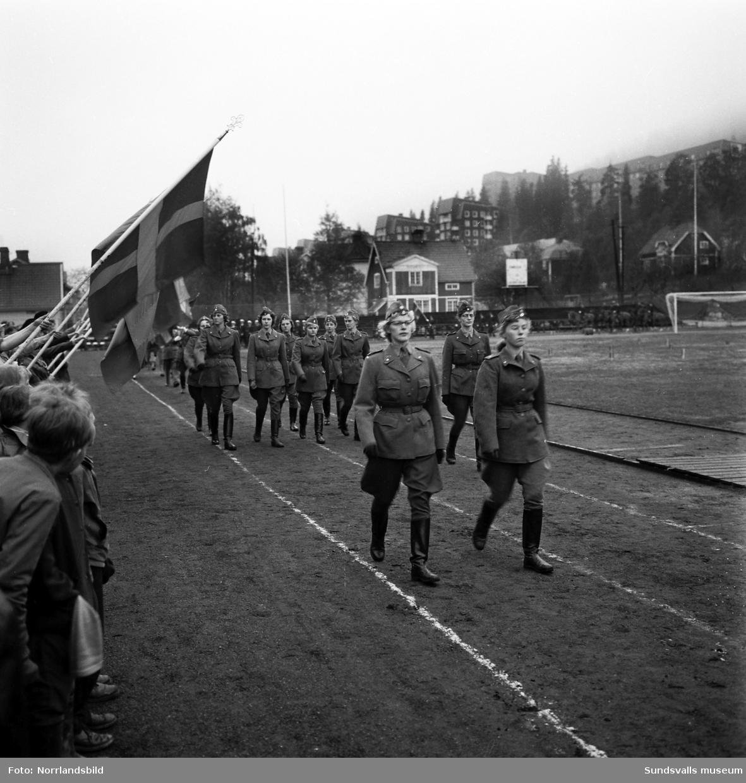 Marscherande lottor i Idrottsparken på Svenska flaggans dag.