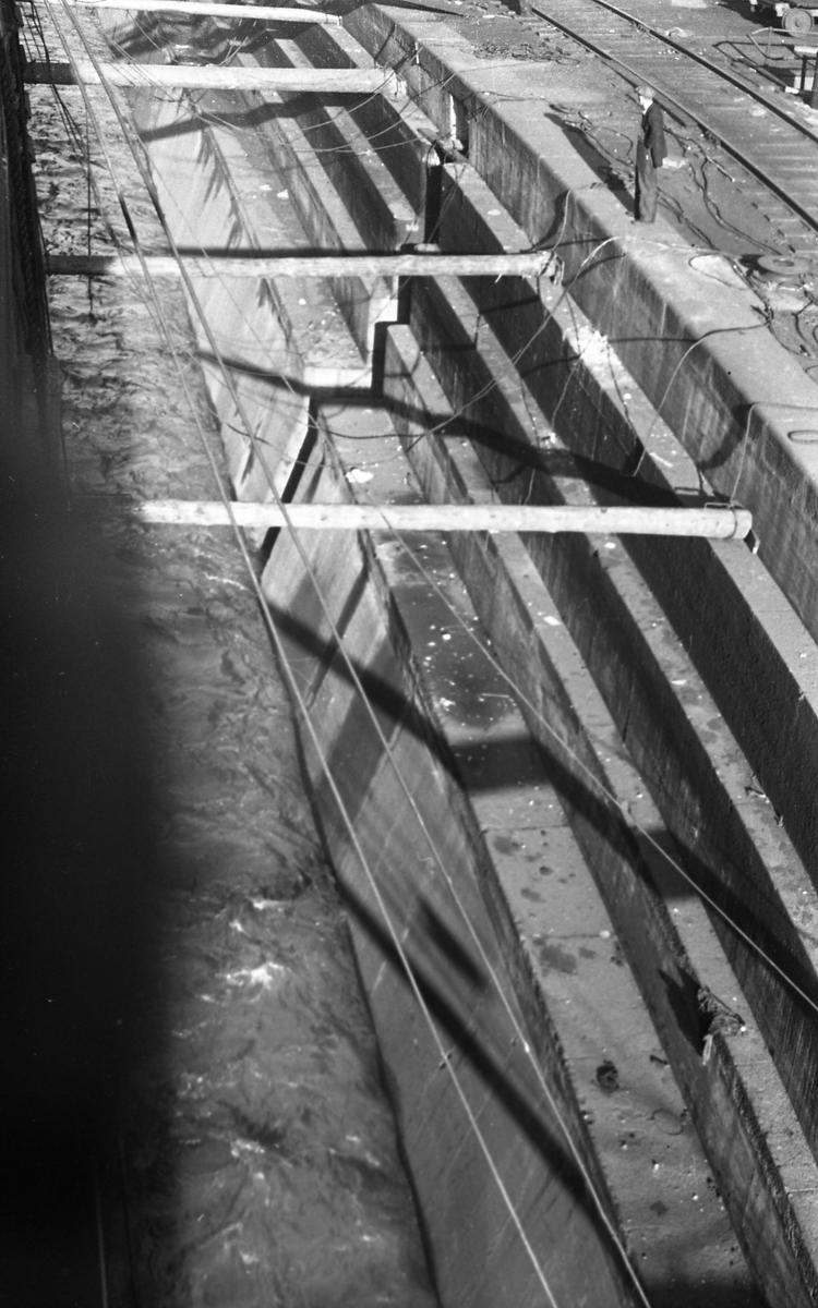 Tørrdokken i Halifax. Støttepilarene fjernes. Suderøy gjøres klar til avgang.