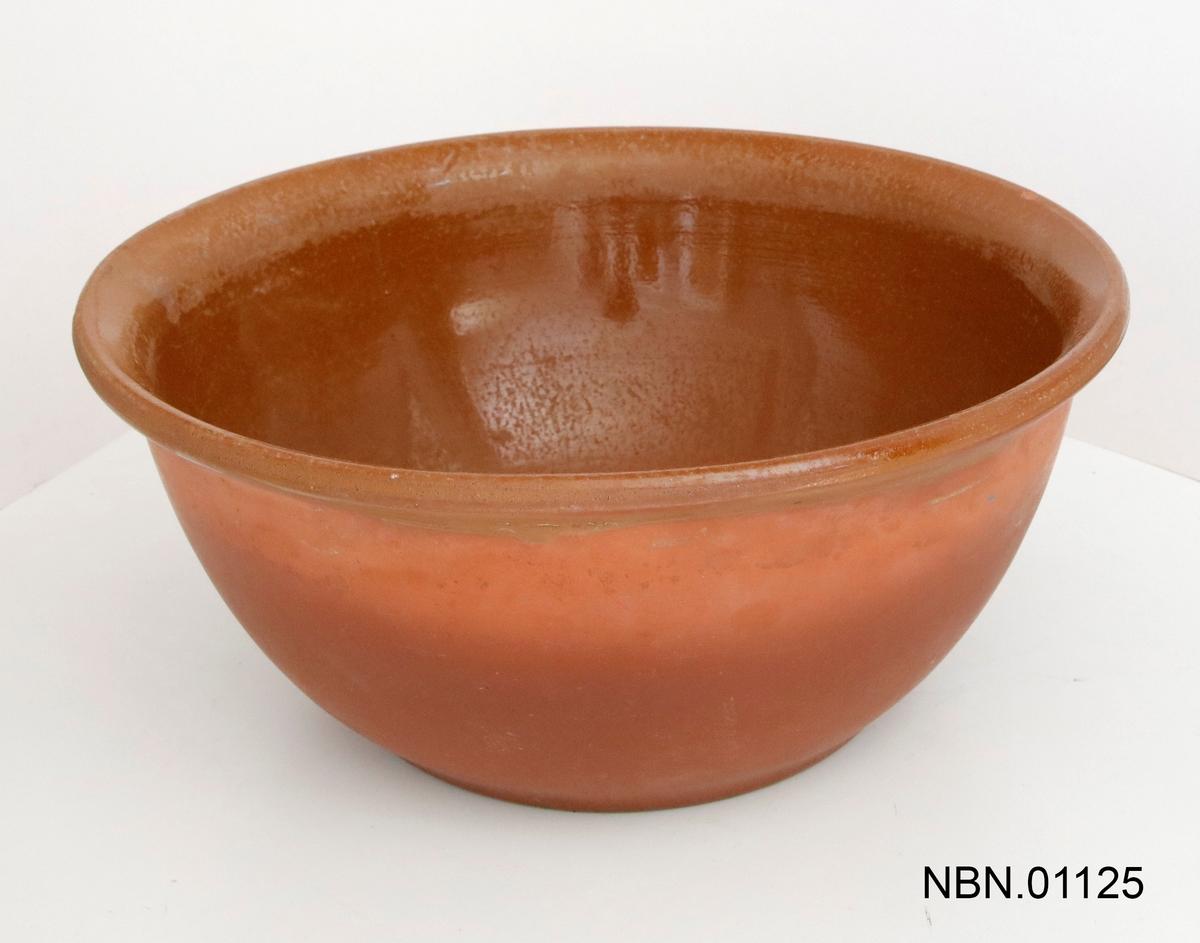 Fat i rød keramikk, glasert på innsiden.