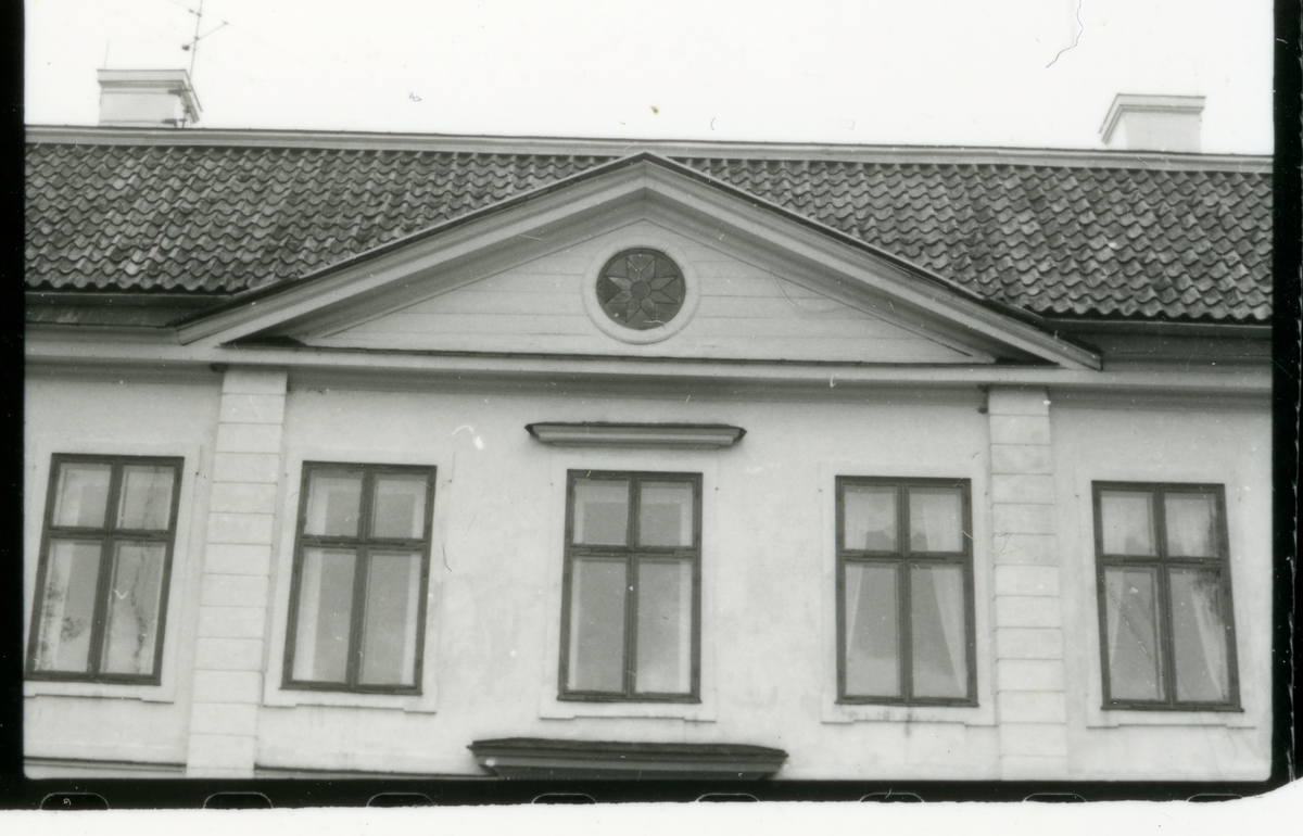 Hed sn, Bernshammar. Bruksherrgården, mittpartiets frontespis med runt fönster. Troligen 1970-tal.