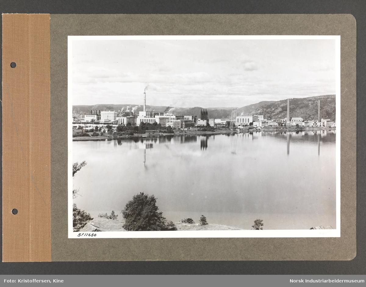 Fotoalbum med 50 sider og 50 innlimte fotografier fra Norsk Hydro på Herøya.