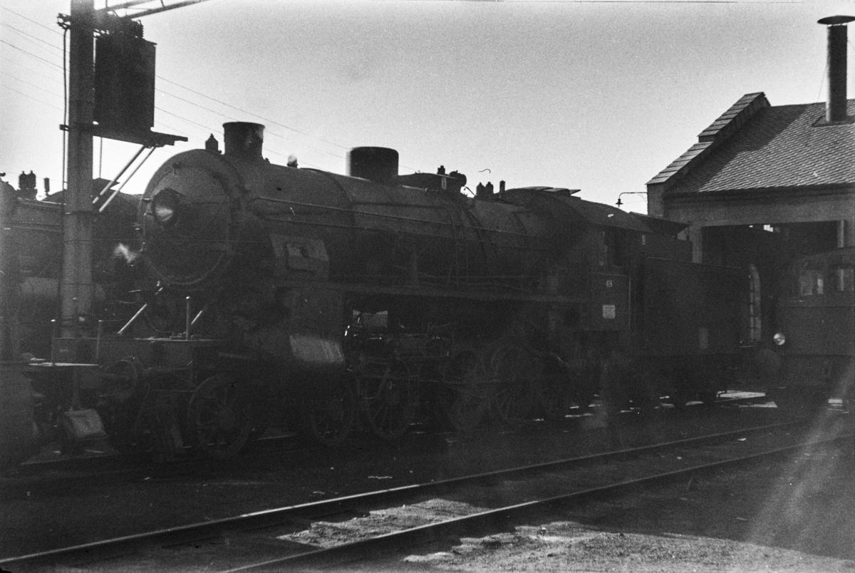 Publiseres ikke. Samme motiv som UHB-003_1528 Damplokomotiv type 31b nr. 419 utenfor lokomotivstallen på Bergen stasjon.