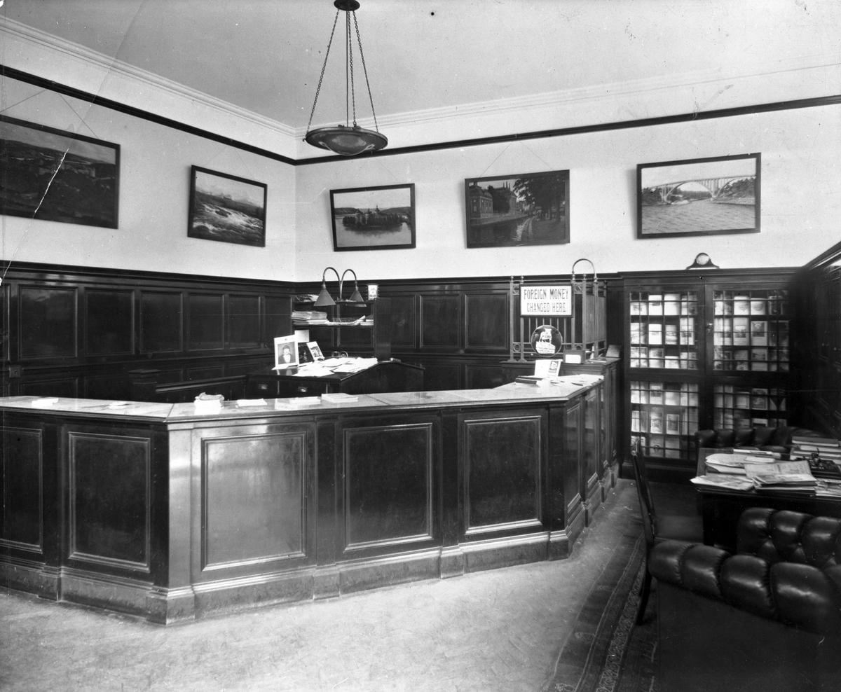 """Interiörsbild från """"Swedish Travel Bureau"""" på Coventry street i London.   Resebyrån öppnades 1921 av Svenska Turisttrafikförbundet men övertogs 1924 av SJ Resebyrå. I samband med övertagandet så bytte resebyrån namn till """"Swedish Travel Bureau""""."""