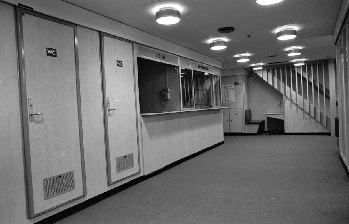 Tågfärjan M/S Götaland, interiör. Korridor med informationsdisk och wc
