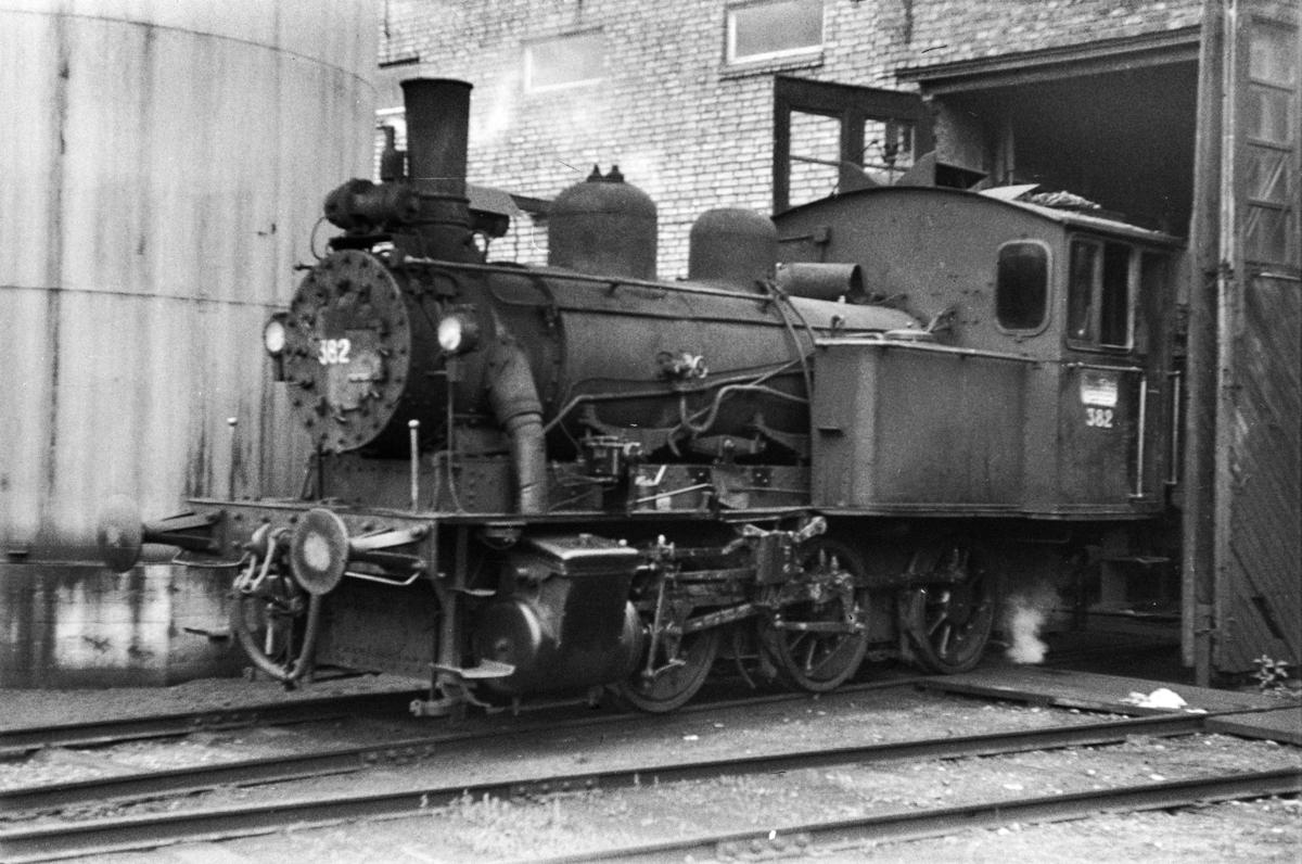 Damplokomotiv type 25c nr. 382 foran lokstallen på Hamar stasjon.