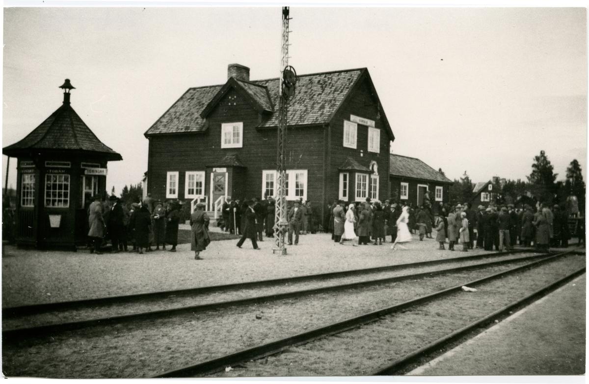 Sorsele station. Statens Järnvägar, SJ. Testtåget anlände till Sorsele station då bandelen Arvidsjaur - Sorsele öppnade för allmän trafik.