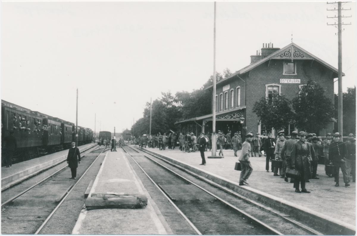 Östervärns station. Malmö-Simrishamn; MSJ. Stationen uppförd 21/12 1892 och nedlagd 1/1 1992. Spåren började rivas 1995. Huset är rivet sedan  länge. Man körde med ånglok in på 1960-talet. Sveriges enda väpnade tågrån inträffade på just denna järnväg 1907, på tåget mot Genarp, mellan Staffanstorp och Djurslöv. Två män sköt postiljonen men åkte fast. Postiljonen säga ha överlevt i 40 år med kulorna i huvudet.